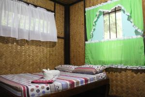 A bed or beds in a room at Cliffside Cottages
