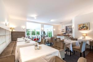 A restaurant or other place to eat at Gartenhotel Luisental