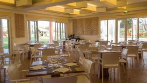 A restaurant or other place to eat at Vila Baleira Porto Santo