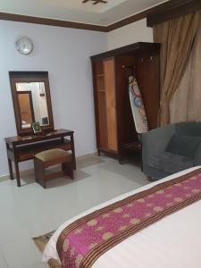 Uma TV ou centro de entretenimento em Al Dor Al Watheer Residential Units