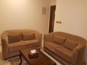 Uma área de estar em Al Dor Al Watheer Residential Units