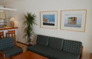 Een zitgedeelte bij Apartamentos Los Pueblos