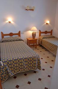 Een bed of bedden in een kamer bij Apartamentos Los Pueblos