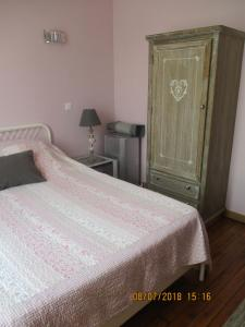 A bed or beds in a room at Côté Marne