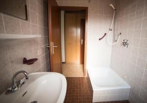 A bathroom at Ferienhaus Vulkaneifel Kopp