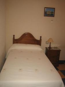 A bed or beds in a room at Hostal Restaurante la Trucha
