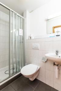 Un baño de Happy Inn Lodge