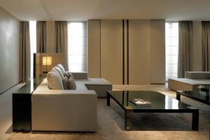 A seating area at Armani Hotel Milano