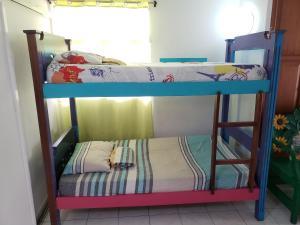 Uma ou mais camas em beliche em um quarto em Blue Almond Hostel - San Andres