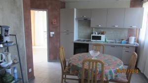 Cuisine ou kitchenette dans l'établissement Appartement du château