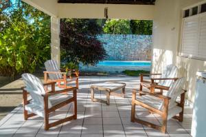 A piscina localizada em Casa Caiçara ou nos arredores