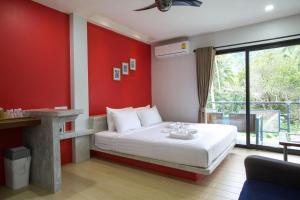 Een bed of bedden in een kamer bij Good Dream Hotel (Khun Ying House)