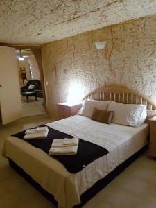 A bed or beds in a room at Underground Gem