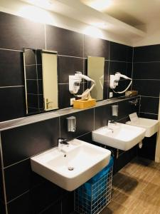 A bathroom at MAC City Hostel