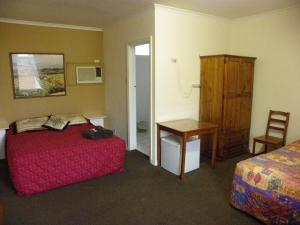 A bed or beds in a room at Palms Motel Footscray