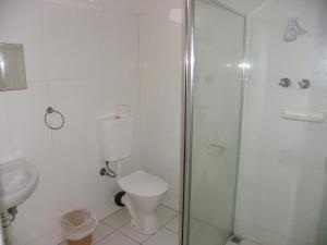 A bathroom at Palms Motel Footscray