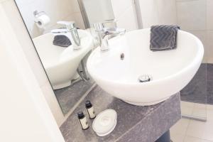 A bathroom at Liotopi