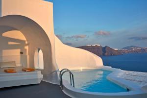 Majoituspaikassa Katikies Santorini - The Leading Hotels Of The World tai sen lähellä sijaitseva uima-allas