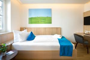 A bed or beds in a room at Hotel Hirsch
