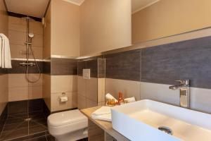 A bathroom at Hotel Beau Rivage