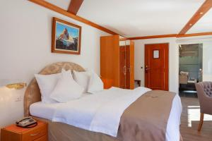 A bed or beds in a room at Hotel Beau Rivage