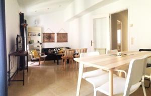 Un restaurant u otro lugar para comer en RC Apartaments Girona Rambla