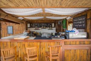 El salón o zona de bar de BuBu Villa