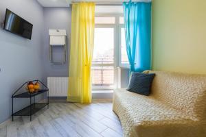 Гостиная зона в Yellow Apartment on Vernosti