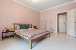 Кровать или кровати в номере Вишнёвые апартаменты на Верности