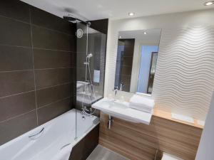A bathroom at Campanile Bordeaux Ouest - Mérignac Aéroport