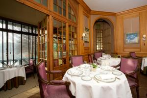 A restaurant or other place to eat at Le Moulin De Connelles