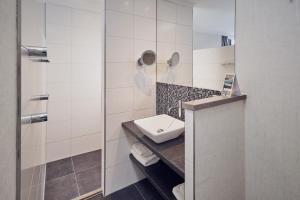 A bathroom at Hotel De Lindeboom