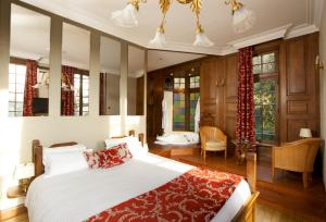 A bed or beds in a room at Le Moulin De Connelles