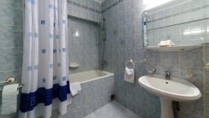 A bathroom at Hotel Decebal