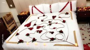سرير أو أسرّة في غرفة في فندق شاطىء الهدوء