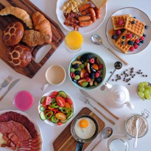 Breakfast options available to guests at Queen's Court Hotel & Residence