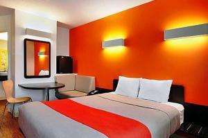 Кровать или кровати в номере Motel 6-Swift Current, SK