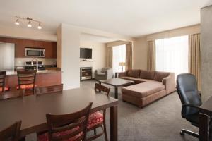 Гостиная зона в Embassy Suites by Hilton - Montreal