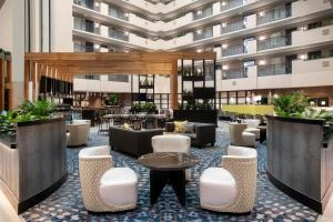 The lounge or bar area at Embassy Suites Orlando - Airport