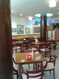 A restaurant or other place to eat at Hostal Vila del Mar
