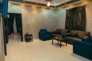 Uma área de estar em Al Alya Furnished Apartments