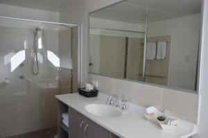 A bathroom at Sunray Motor Inn