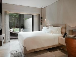 Giường trong phòng chung tại Naumi Hotel (SG Clean, Staycation Approved)