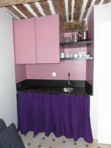 A kitchen or kitchenette at La Maison des Augustines
