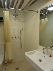 A bathroom at La Maison des Augustines