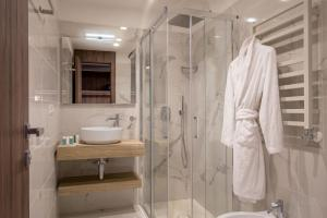 A bathroom at Hotel Villa Grazioli