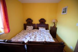 A bed or beds in a room at Vineyard Cottage Pod Piramido