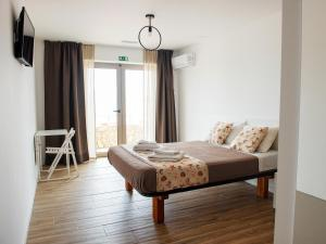 A bed or beds in a room at The Wave Baleal