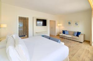 A bed or beds in a room at H10 Ocean Dunas - Adults Only