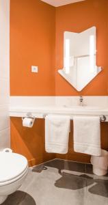 Salle de bains dans l'établissement Hotel Ibis Budget Lyon Isle D'Abeau